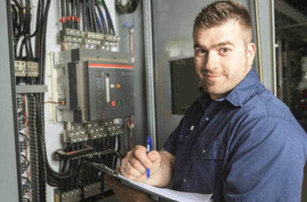 Ervaren Elektricien vervang meterkast en checkt aangelegde elektra