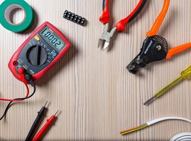 Elektricien Breda tools uitgespreid voor aanleggen elektra Breda