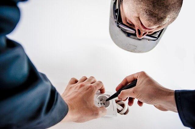 Elektricien Breda installeert stopcontact